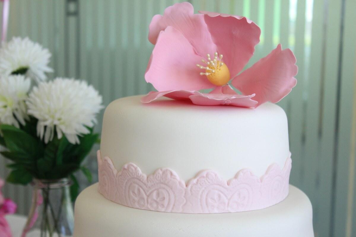 Tarta comunión con flor de azúcar