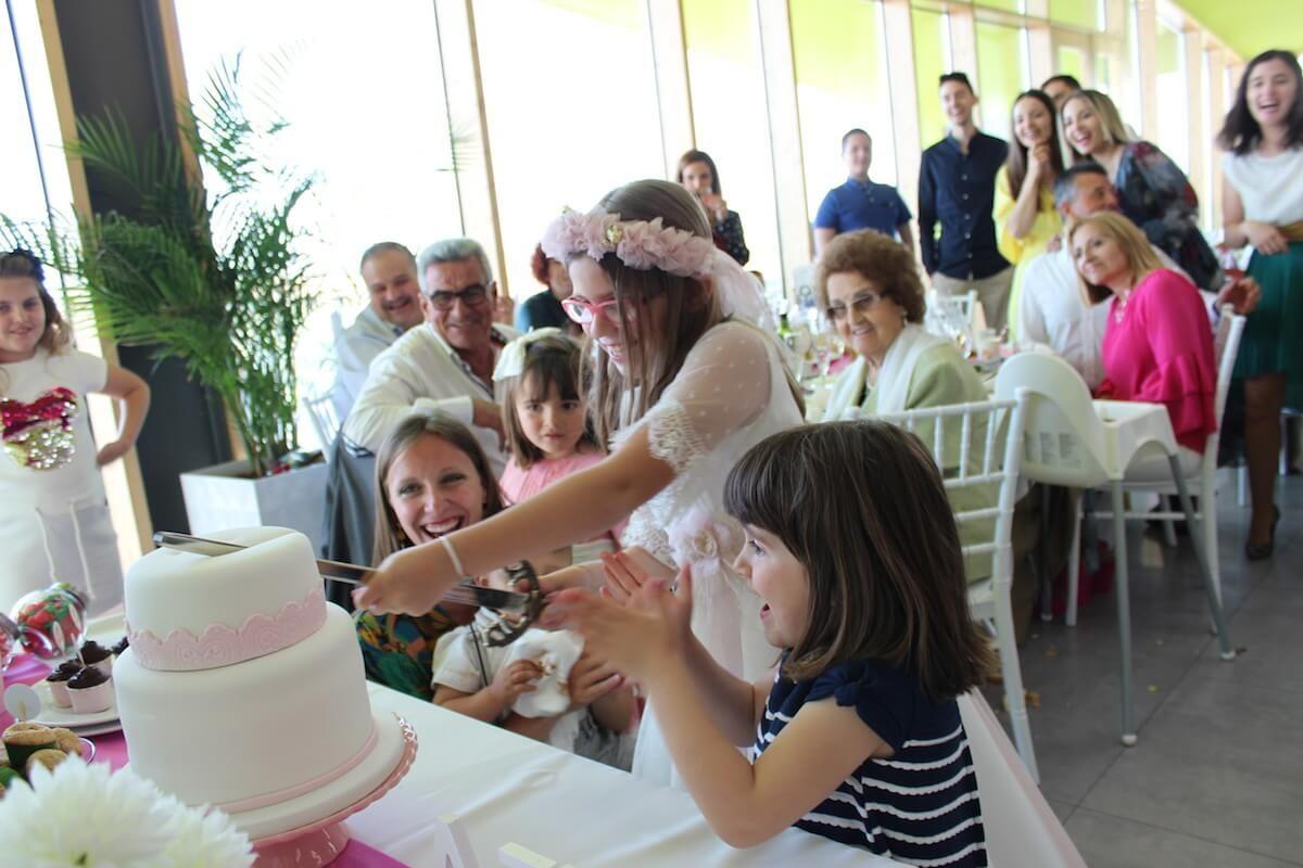 Corte tarta comunión